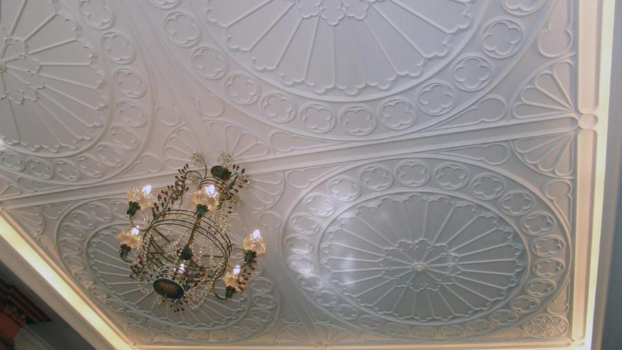 Особенности установки, реставрации потолочного декора из гипса