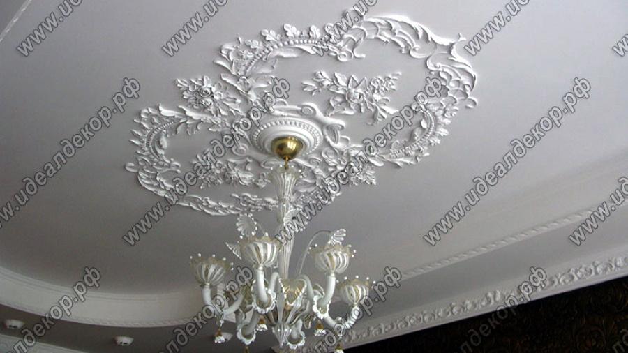 Ручная лепнина из гипса на потолке, стене и зеркале